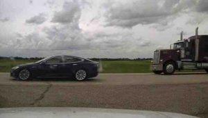 Şoförün uyuduğu Tesla 150 kilometre hıza çıktı